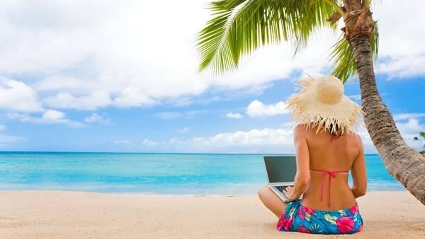 Beach-Girl-Laptop (1)