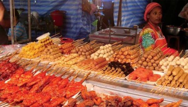 Tới bất kỳ khu phố nào ở Phuket, bạn cũng dễ dàng bắt gặp những quầy bán đồ ăn hấp dẫn với giá bình dân.
