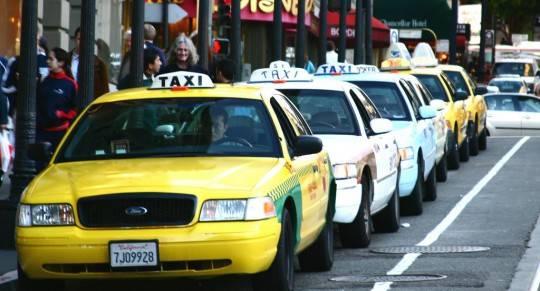 Đừng bắt ngay một chiếc taxi bạn nhìn thấy, hãy thận trọng hỏi giá trước khi lên xe. Ảnh: jmthebest.