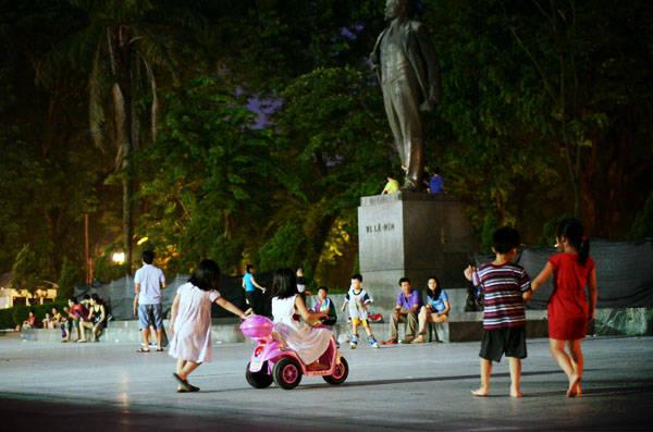 """Trên đường về lại khu trung tâm để chuẩn bị ăn bữa tối, bạn nên ghé qua vườn hoa Lê Nin ở phố Điện Biên Phủ để cùng các bạn trẻ tham gia vào nhiều hoạt động vui chơi nơi vườn hoa thoáng rộng, sáng sủa. Đây là điểm đến yêu thích của nhiều gia đình trẻ có con nhỏ bởi không gian thoáng mát, rộng rãi và cho thuê nhiều xe đạp, ôtô đồ chơi cho các bé """"trổ tài"""". Ảnh: Nguyên Chi"""