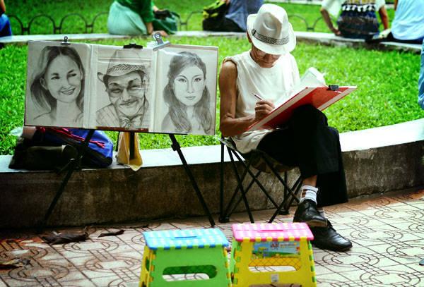Ghé thăm một bác họa sĩ già ngồi đâu đó bên hồ và mang về một bức tranh ký họa bản thân làm kỷ niệm. Sẽ mất công một chút vì bạn sẽ phải ngồi bất động trong khoảng thời gian nhất định, tuy nhiên kết quả thì thực sự xứng đáng. Bức tranh không sắc nét và sống động như ảnh chụp nhưng là một tác phẩm đầy cảm xúc mà chỉ riêng bạn có. Ảnh: Nguyên Chi