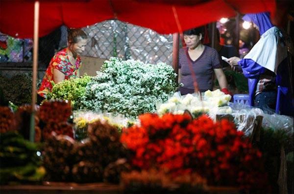 Hãy bắt đầu một ngày mới bằng việc dậy sớm từ 5h, chạy xe lên chợ hoa Quảng Bá, không đơn thuần là để mua hoa mà còn để cảm nhận nhịp sống thành phố thật chậm rãi và tươi mới. Khi không kịp đặt chỗ cho chuyến đi trong kỳ nghỉ sắp tới, bạn vẫn có thể khám phá chính thành phố của mình, nhưng theo cách hoàn toàn khác: như một vị khách du lịch. Ảnh Lê Hiếu