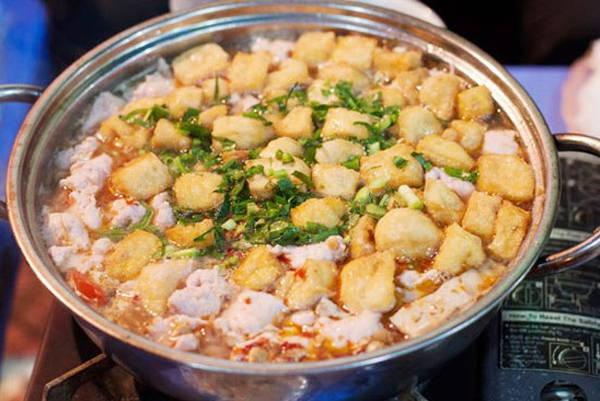 Còn nếu mê lẩu, mời bạn ghé qua phố Phùng Hưng với dãy hàng cạnh nhau san sát với nhiều sự lựa chọn đồ ăn phong phú.
