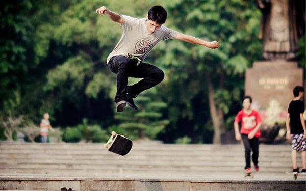 Trượt ván, nhảy flashmob và hiphop là ba trong nhiều hoạt động thể thao phổ biến tại vườn hoa Chí Linh. Ảnh: Thanh Hà