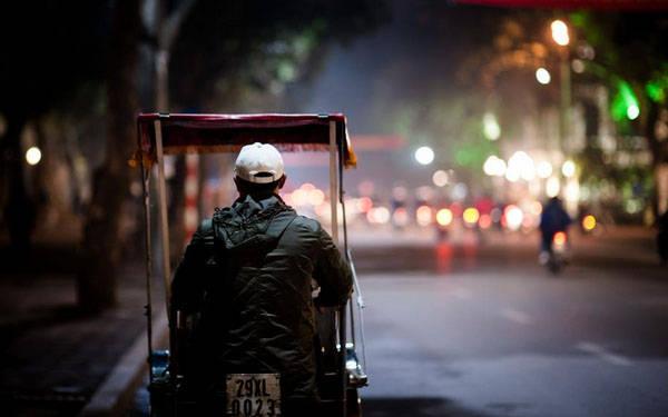 Kết thúc chuyến hành trình của mình, đừng quên đi thật chậm qua những con phố cũ như Phan Đình Phùng, Trần Phú, Hoàng Diệu... để cảm nhận hơi thở Hà Nội về đêm. Chẳng cần phải lên kế hoạch du lịch hoành tráng hay phải tìm ra những địa điểm lạ độc, chính những nơi chốn thân quen trong thành phố cũng có thể cho bạn những trải nghiệm thú vị và giúp bạn ôn lại kỷ niệm một thời đã qua. Ảnh: Thanh Hà