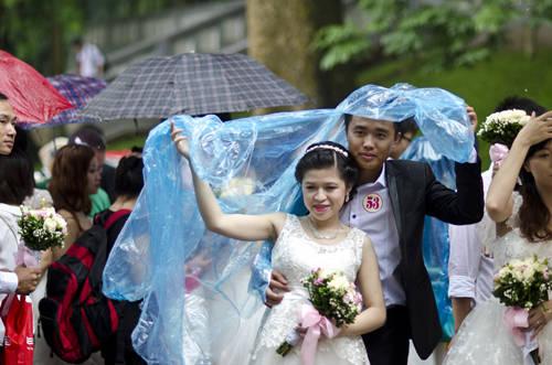 Các cặp đôi không quản ngại thời tiết khó khăn mà rất hào hứng tham gia.