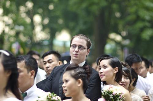 Chàng rể tây cũng tham gia chương trình với cô dâu Việt Nam của mình.