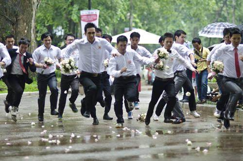 Cuộc đua chia làm 2 vòng với tên gọi Tình Yêu và Thử Thách. Ở vòng Tình Yêu, các cặp đôi được chia thành 5 lượt chạy, các chú rể phải chạy đua đến chỗ cô dâu, trao hoa, đi giày và dẫn cô dâu về đích.