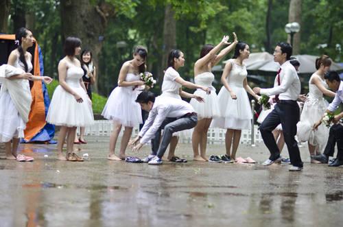 Cuộc thi diễn ra trong không khí vui nhộn với tiếng cười sảng khoái của những người tham gia lẫn khán giả.
