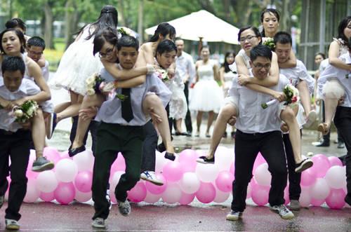 Ở Vòng Thử Thách, các chú rể sẽ phải cõng cô dâu của mình vượt qua các chướng ngại vật để về đích nhanh nhất.