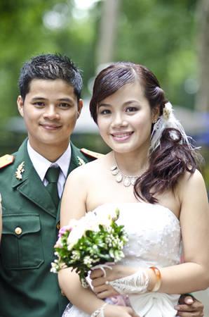 Một chú rể trong quân phục bộ đội rạng ngời hạnh phúc bên người vợ tương lai