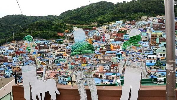 """Hàng nghìn nghệ sĩ Hàn Quốc lẫn sinh viên nghệ thuật đã thổi những luồng gió nhiều """"màu sắc"""" vào ngôi làng Gamcheon"""