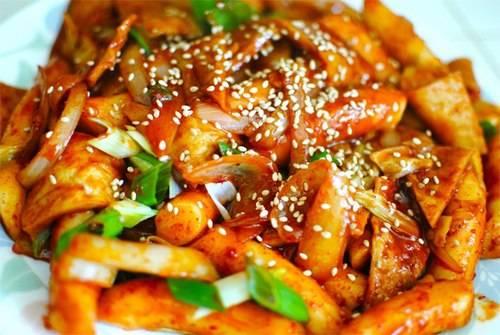Món tteokbokki vẫn thường xuất hiện trong các bộ phim Hàn Quốc. Ảnh: jaredlevan