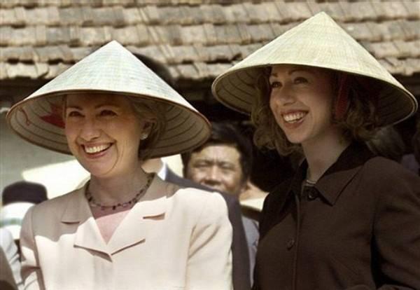 Đệ nhất phu nhân Hillary Clinton cùng con gái Chelsea đội chiếc nón lá đặc trưng của Việt Nam trong lần tháp tùng chồng, Tổng thống Mỹ Bill Clinton, thăm Hà Nội tháng 11/2000.
