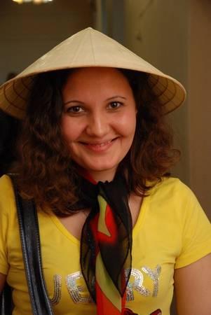 Cô gái Nga xinh đẹp cùng chiếc nón lá Việt Nam. Ảnh chụp tại Festival văn hóa Việt Nam tại Kazan, Nga năm 2011.