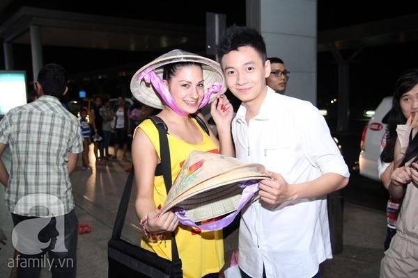 """Ca sĩ Ngô Kiến Huy mang những chiếc nón lá tặng cho bạn nhảy Vicky trong chương trình """"Bước nhảy hoàn vũ 2013"""" trước khi cô về nước. Cô gái xinh đẹp tỏ ra cực kỳ thích thú với món quà độc đáo này."""