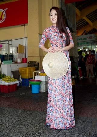 Hoa hậu quốc tế Nhật Bản Etsuko trông tươi tắn và duyên dáng trong tà áo dài hoa và chiếc nón lá.
