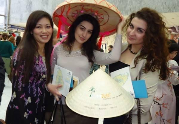 Sinh viên nước ngoài rất thích áo dài và nón lá của Việt Nam.