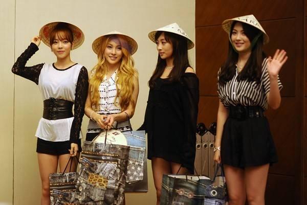 Những cô gái xinh đẹp của nhóm Kara duyên dáng đội nón lá do fan tặng trong buổi họp báo chương trình KPOP Festival 2012.