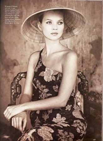 Kate Moss đội nón lá tạo cảm giác bí ẩn rất khác biệt.