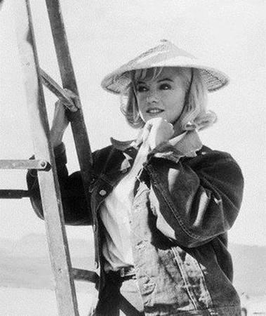 Nữ minh tinh quá cố Marylin Monroe trông thật xinh đẹp khi đội nón lá.