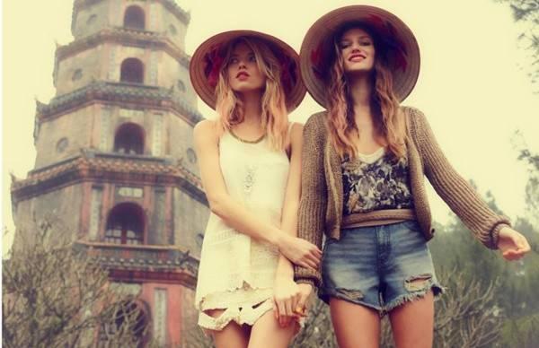 Hai thiếu nữ ngoại quốc đội nón lá tạo một cảm giác vừa lạ lẫm, vừa lôi cuốn.