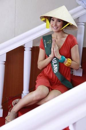Miss Thái Lan trong cuộc thi Hoa Hậu Trái đất 2010 duyên dáng với nón lá.
