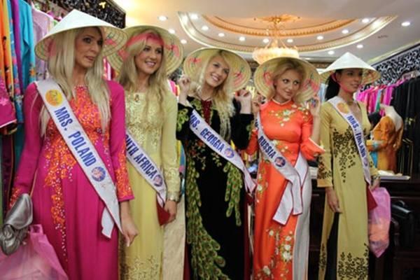 Các thí sinh tham gia cuộc thi hoa hậu tổ chức ở Việt Nam năm 2009.