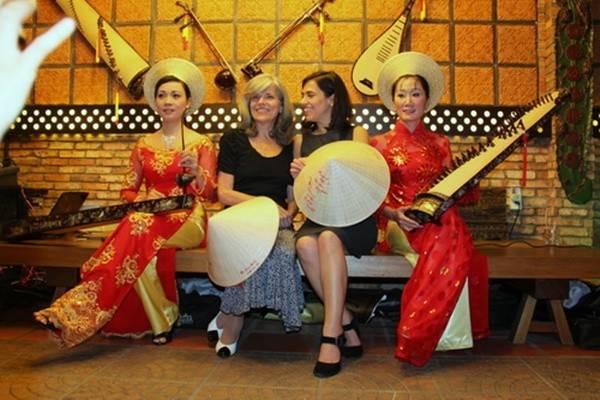 Nụ cười rạng rỡ của thiếu nữ ngoại quốc khi đội nón Việt.