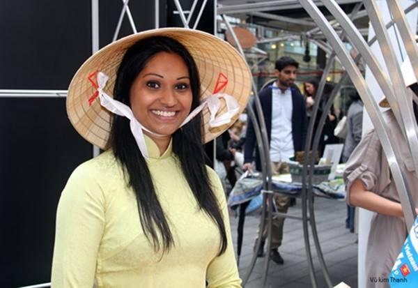 Cô gái nước ngoài rạng rỡ trong trang phục truyền thống áo dài, nón lá của Việt Nam. Ảnh chụp tại Lễ hội văn hóa Việt Nam ở London, Anh năm 2012.