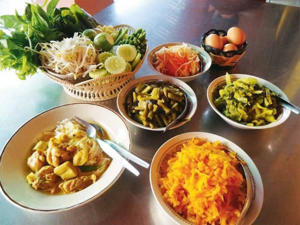 Kanom jeen (mỳ lên men) - món ăn sáng rất được yêu thích ở Phuket.