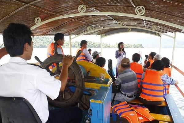 Chuyến du ngoạn trên hồ Phú Ninh khởi hành trên chiếc thuyền máy với sự hướng dẫn của cô gái xứ Quảng