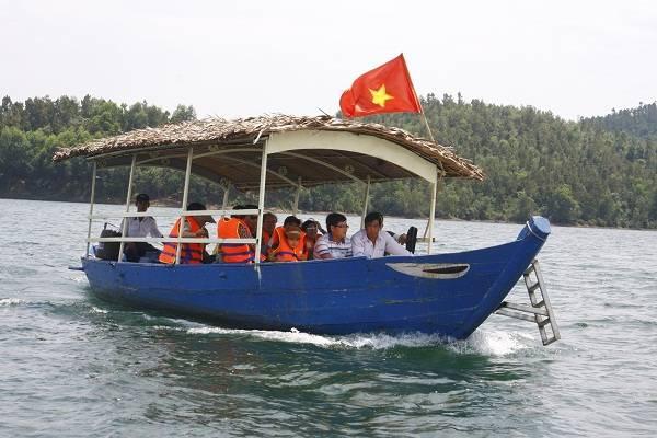 Con thuyền đi giữa làn gió mát lạnh