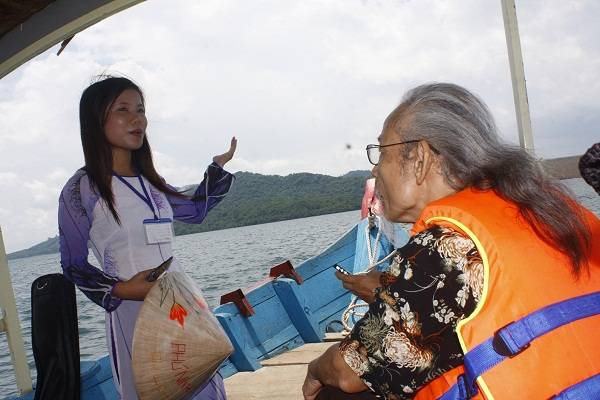 Cô gái xứ Quảng giới thiệu về lịch sử, các địa điểm du lịch trên các đảo và những câu chuyện ly kỳ về công trình thủy nông lớn nhất miền Trung này
