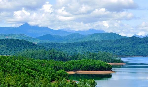 Quang cảnh hồ Phú Ninh đẹp tựa như tranh vẽ