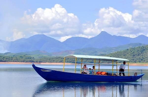 Thuyền thong dong trôi trên hồ cho du khách cảm giác yên bình