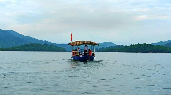 """Xa xa, những """"viên ngọc xanh"""" của hồ như đang vẫy chào du khách"""