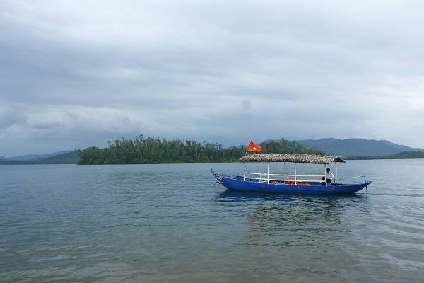"""Khách lên đảo khám phá để mình thuyền và lái thuyền """"bơ vơ"""" giữa hồ"""