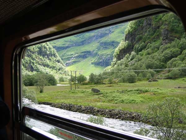 Ngắm cảnh từ cửa sổ toa tàu sẽ có nhiều cảm giác mới lạ