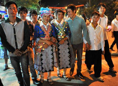 Trai gái Mông rực rỡ váy áo tìm đến nhau trong đêm cao nguyên.