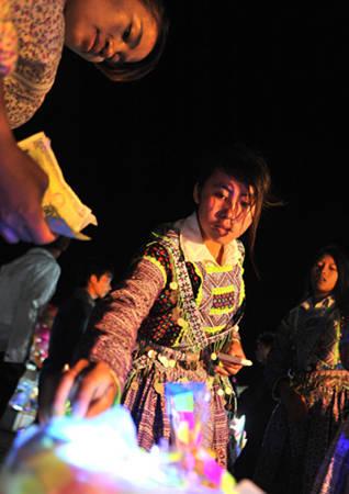 Một thiếu nữ Mông mua đồ chơi.