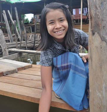 Nụ cười của cô bé Myanmar hiền lành, nồng hậu và bẽn lẽn.