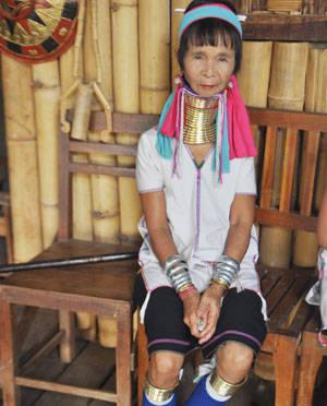 Những phụ nữ cổ dài nổi tiếng ở Myanmar kiếm sống ở hồ Inle. Ảnh trong bài: CẨM TÚ