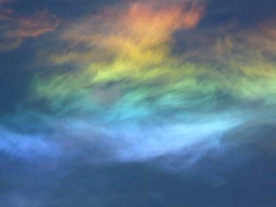4. Cầu vồng lửa  Cầu vồng lửa là một hiện tượng quang học được tạo nên bởi các tinh thể dạng băng ẩn trong đám mây hoặc khi có những vật thể nhỏ bé kì diệu lướt qua bầu không khí.