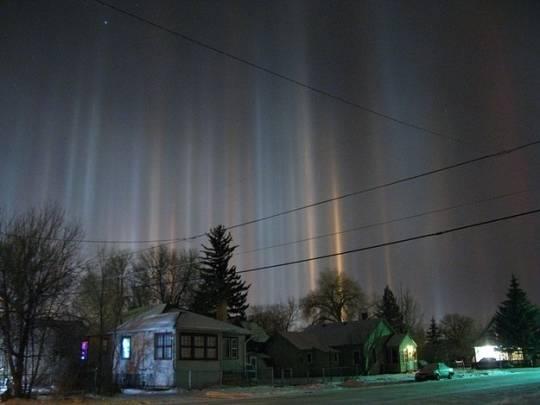 8. Cột ánh sáng Những cột ánh sáng được tạo nên từ sự phản chiếu ánh sáng của những tinh thể dạng băng trong không khí.