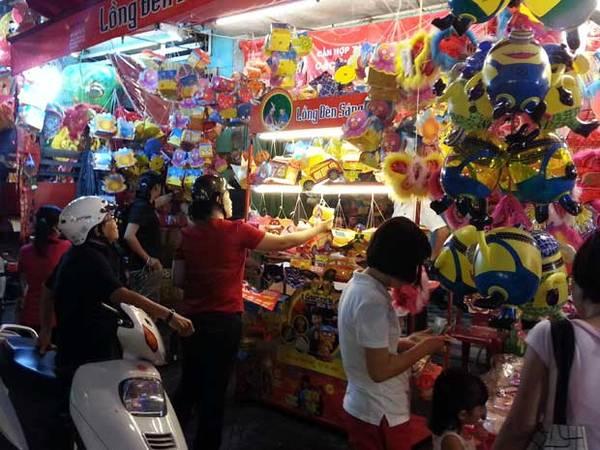 Lồng đèn cũng được bán nhiều ở đường Nguyễn Trãi, quận 5.