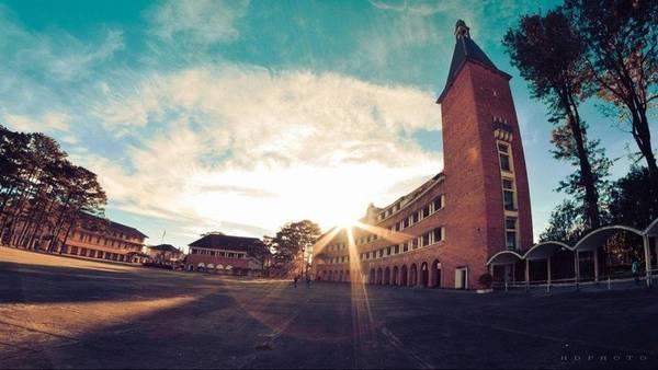 Hoàng hôn ngập nắng ở trường Cao đẳng Sư Phạm Đà Lạt. Ảnh: HD Photo (Đào Hữu Độ)