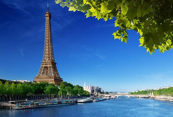 Tháp Eiffel nổi tiếng bên dòng sông Seine thơ mộng. Ảnh: NYHabitat
