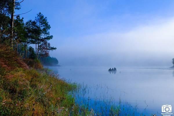 Chiếc thuyền mỏng manh dần chìm vào làn sương mù dày đặc của hồ Tuyền Lâm. Ảnh: Nguyễn Hải Vinh
