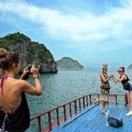 Du khách nước ngoài trên Vịnh Lan hạ, quần đảo Cát Bà, thành phố Hải Phòng. (Ảnh: Thanh Hà/TTXVN)